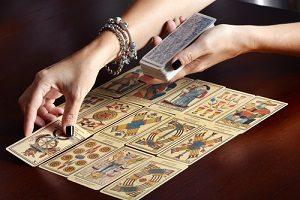 Cartomante che legge le carte